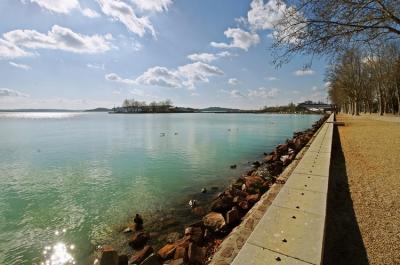 Lelátó a Balatonban